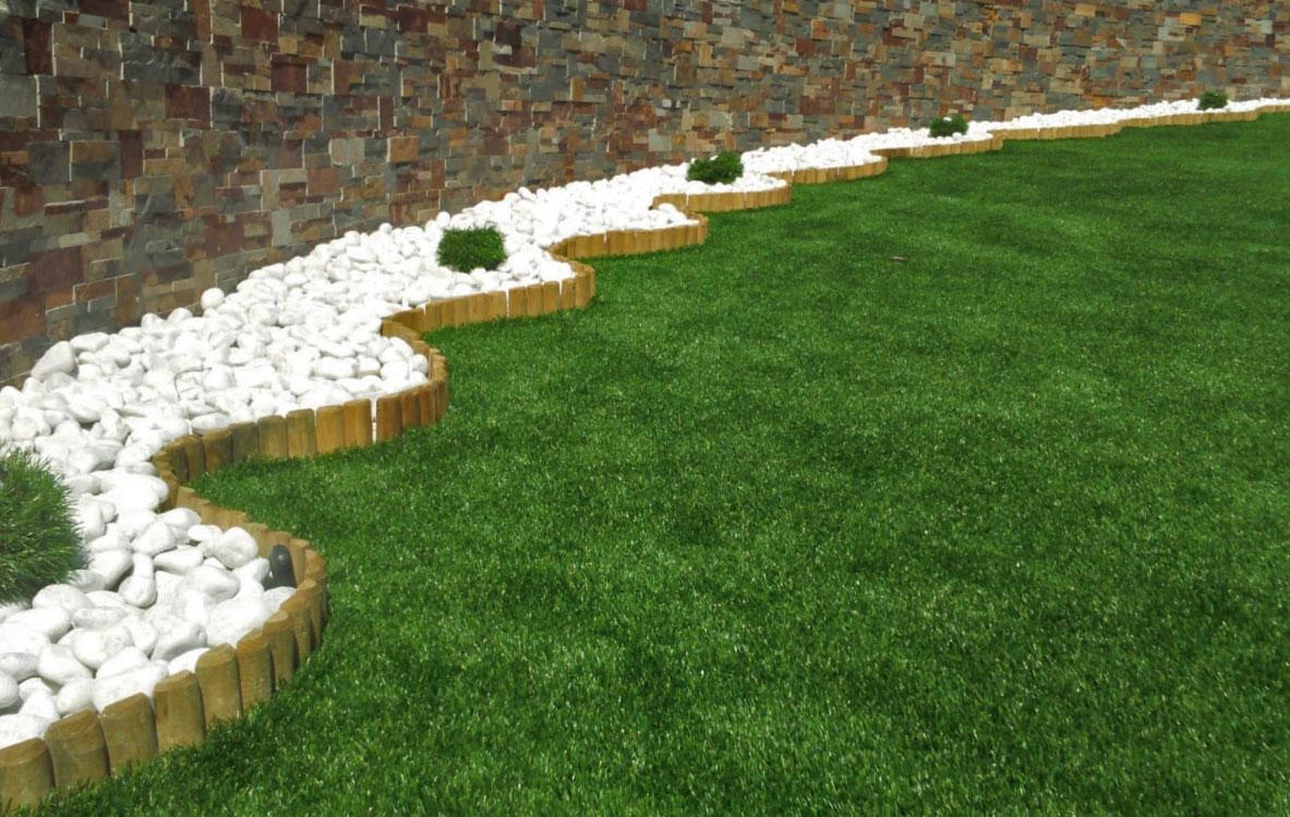 Bordura de madera, bolo blanco y pasos japoneses