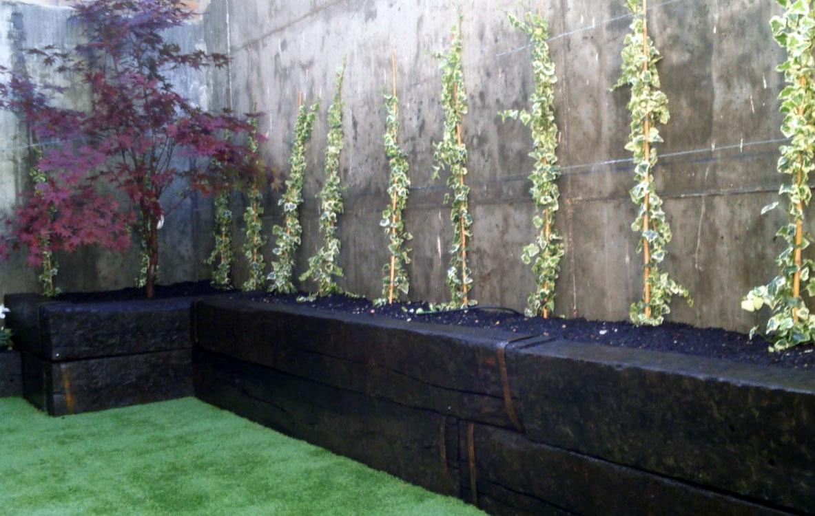 Creación de jardineras de traviesa sobre solado y césped artificial