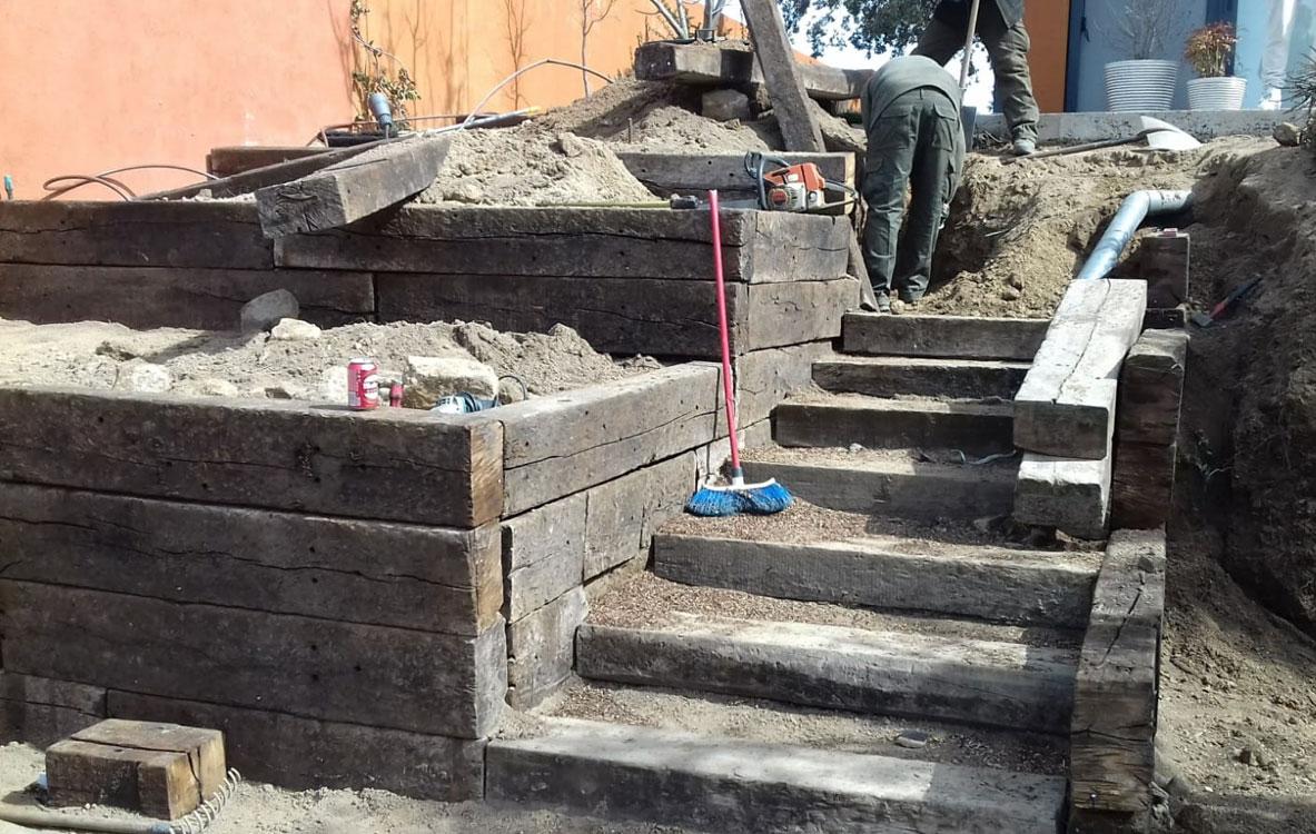 Escalera y jardineras de traviesas