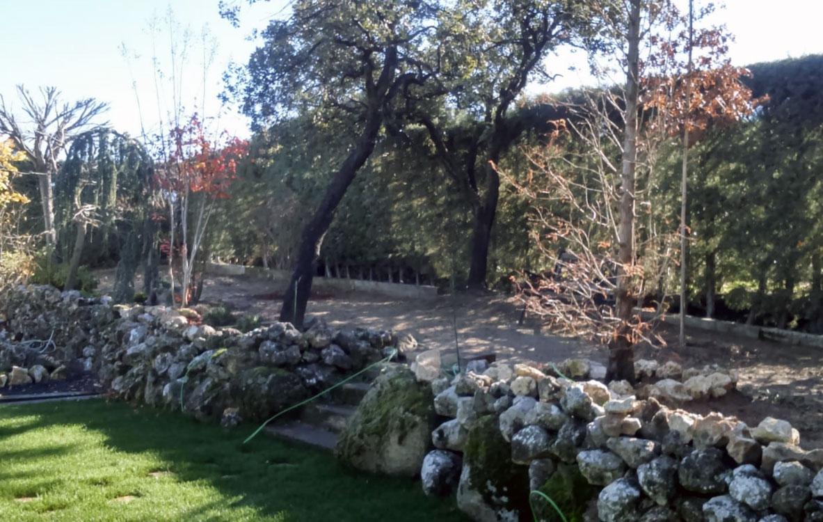 Instalación de riego y pradera en jardín con piscina
