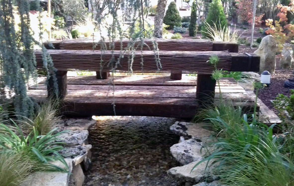 Jardín con río artificial