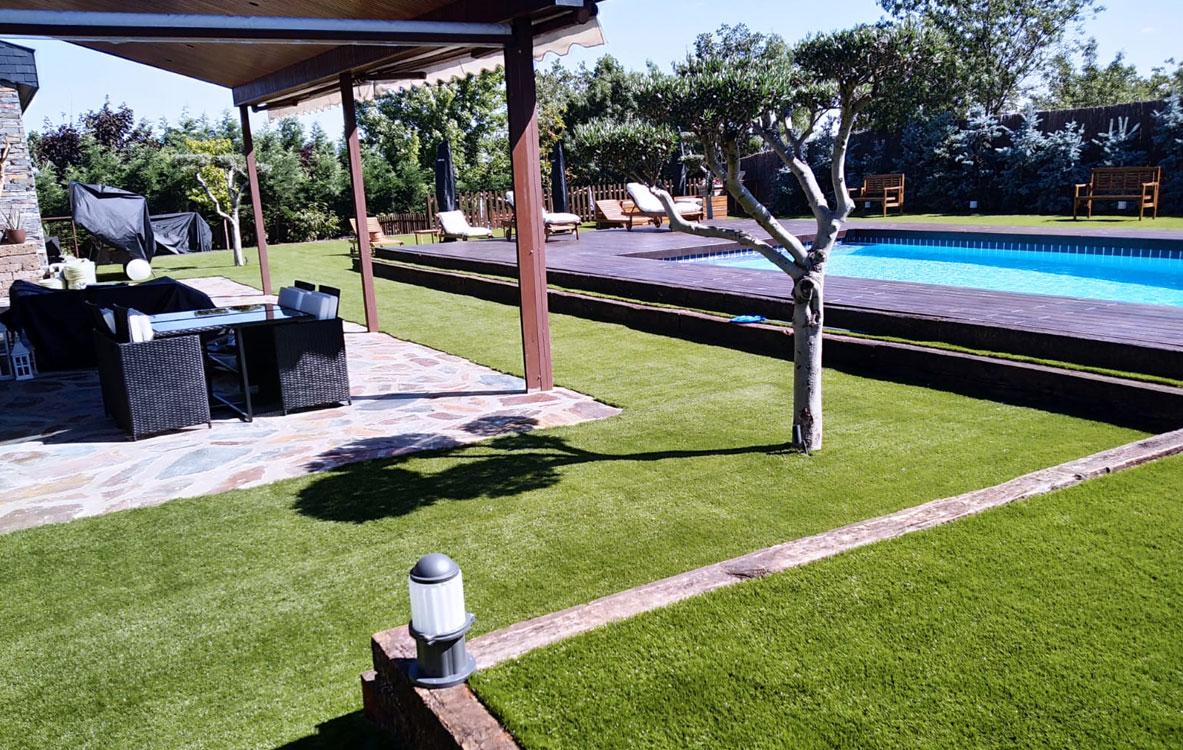 jardin en guadarrama con rio artificial